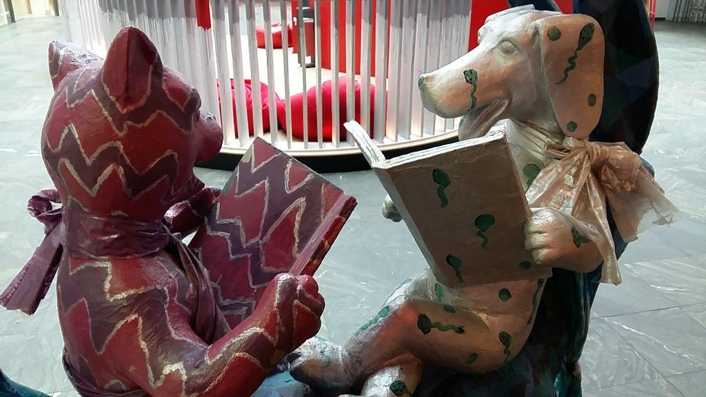 Lezen met twee figuren uit het sprookje de Bremer muzikanten foto Wilma Lankhorst