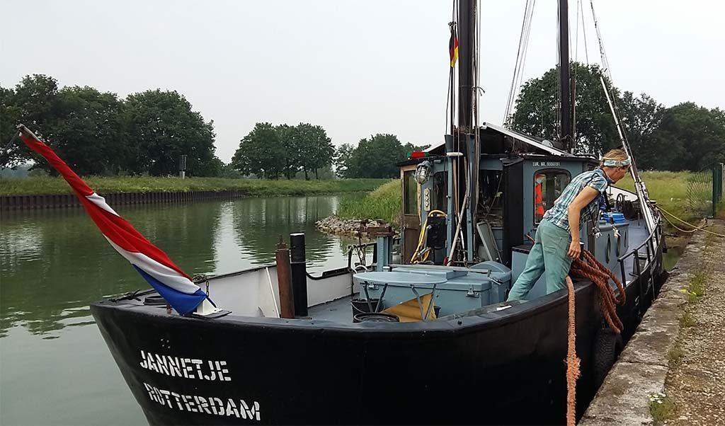 Emscherkunst 2016 Marja Zomer en haar Urker viskotter Jannetje in Rijn-Herne kanaal foto Wilma Lankhorst