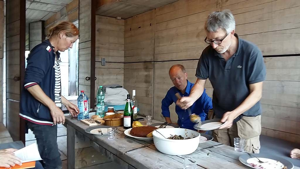 Emscherkunst avondeten op Warten auf den Fluss gastvrouw Marja Zomer (l)