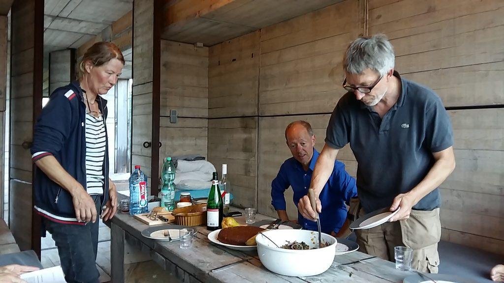 Warten auf den Fluss avondeten met Marja (l) - Roman en Geert (r) foto Wilma Lankhorst