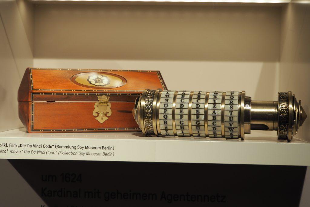 De cryptext uit de Da Vinci Code als onderdeel van de spionageles coll Spy Museum foto Wilma Lankhorst
