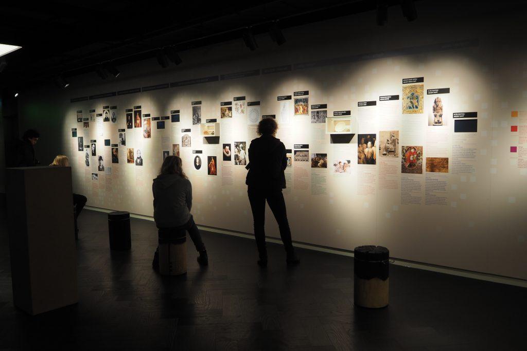 Je begint met een mini collega spionage geschiedenis zaaloverzicht Spy Museum Berlijn foto Wilma Lankhorst