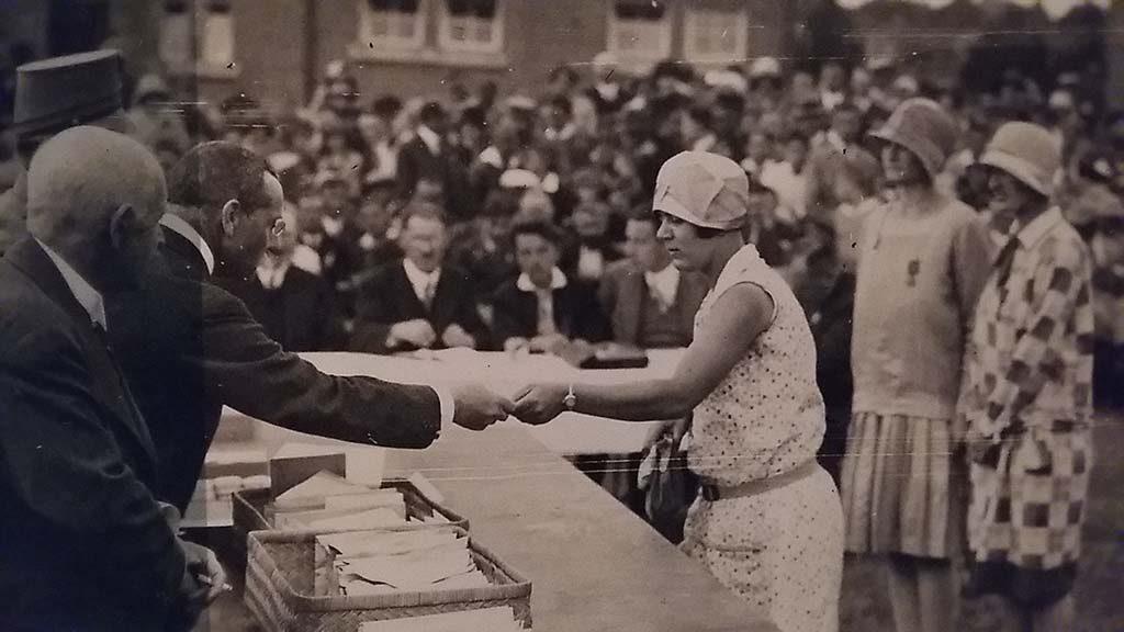 1919 Mw. N. van Stockum Metelerkamp eerste vrouw die 4daagse kruis ontvangt - Museum het Valhof 2016