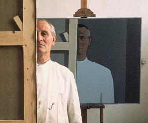 Foto-Rein-Draijer-met-zelfportret-in-atelier-datum-onbekend