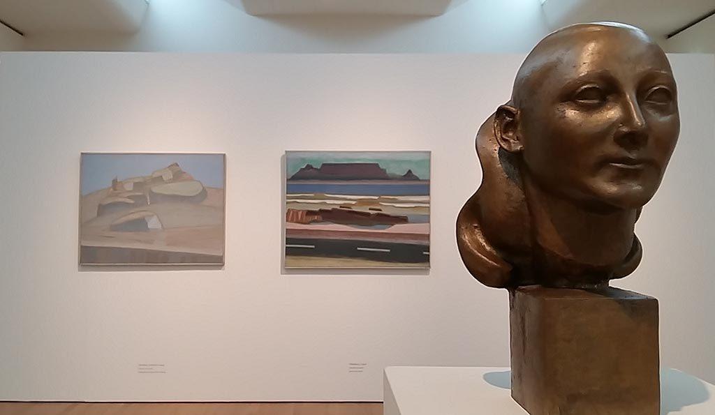 Rein-Draijer-zaal-2-rechts-bronzenbeeld-dochter-achter-l-Sardinie-en-midden-Tafelberg-foto-Wilma-Lankhorst