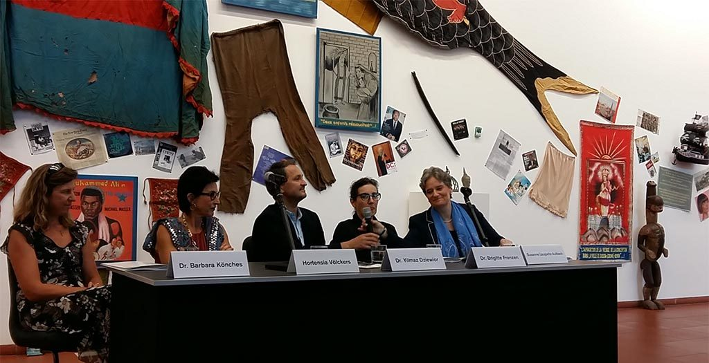 persbijeenkomst-directeur-Yilmar-Dziewior-omringd-door-vier-Power-Girls-uit-de-Keulse-Kunstwereld-foto-Wilma-Lankhorst