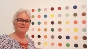 Opwinding-Rudi-Fuchs-selfie-Wilma-Lankhorst-voor-stippen-canvas-Damien-Hirst-collectie-Museum-Voorlinden