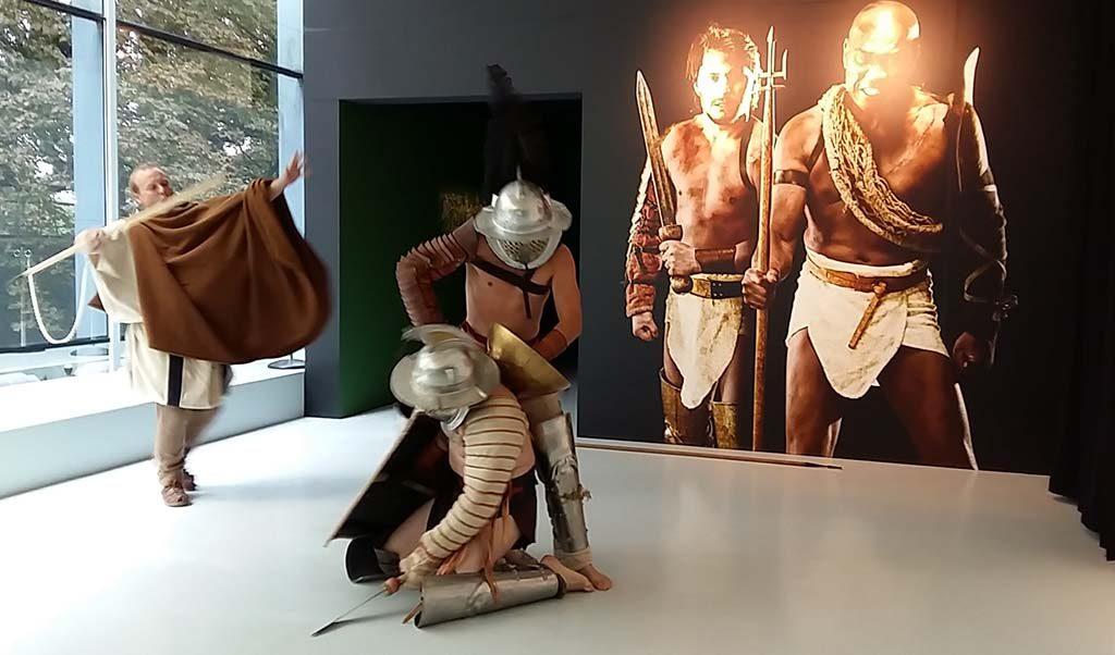 Gladiatoren-vechtscene-bij-entree-expositie-Museum-het-Valkhof-Nijmegen-foto-Wilma-Lankhorst