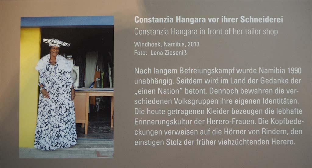 Bremen Übersee Museum-Constanzia-Hangara-voor-haar-naaiatelier-foto-Wilma-Lankhors