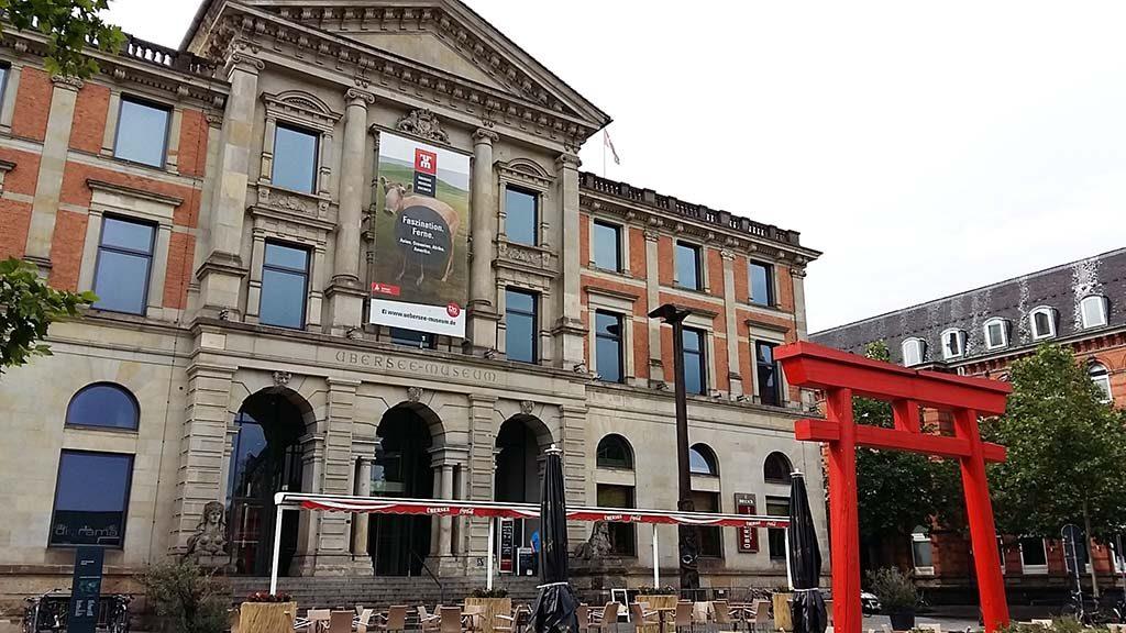 blog-Uberseemuseum-voorzijde-met-rode-torii-poort-foto-Wilma-Lankhorst