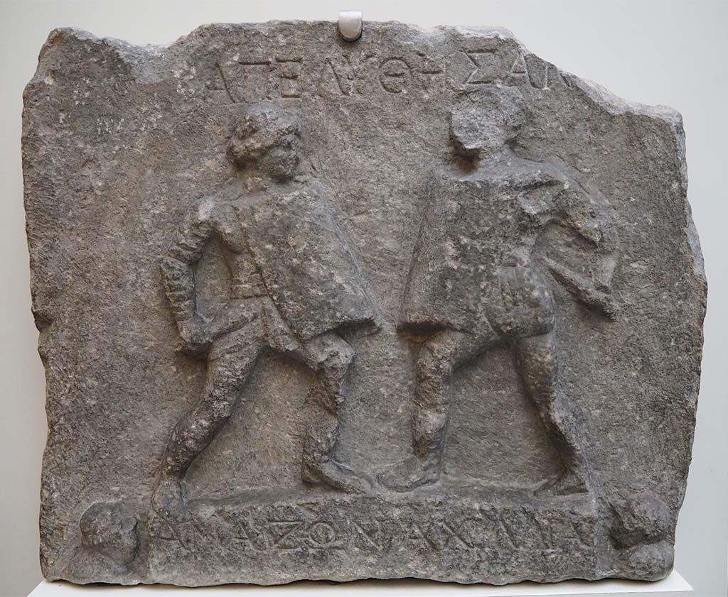 blog-Gladiatoren_-close-up_reliëf-twee-vrouwelijke-Gladiatoren-Amazon-en-Achillia-2e-nChr-Halicarnassus-Turkije_coll-Brits-Museum_foto-Wilma-Lankhorst