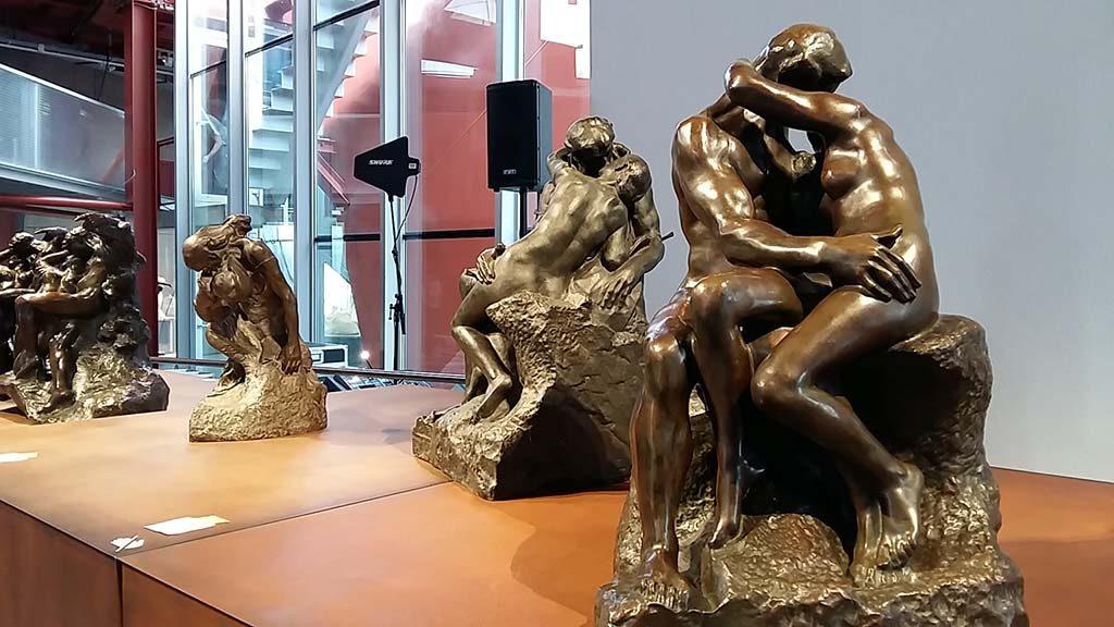 blog-Rodin-genius-at-work-08-zaaloverzicht-bronzen-de-kus-foto-Wilma-Lankhorst