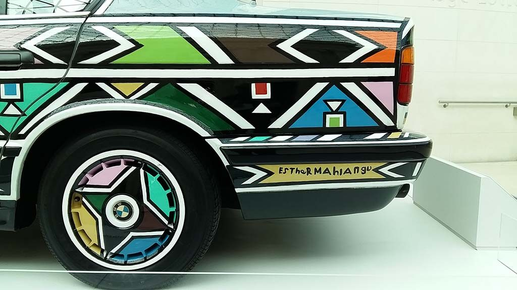 Esther-Mahlangu-handtekening-op-Car-Art-project-BMW-foto-Wilma-Lankhorst