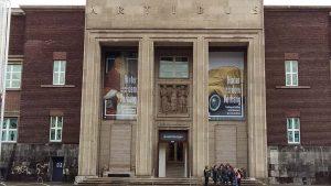 Achter-het-gordijn-entree-Museum-Kunstpalast-Dusseldorf-foto-Wilma-Lankhorst