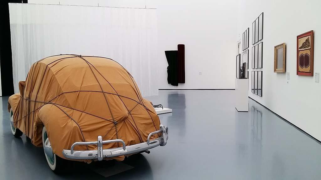 Achter-het-gordijn-deel-2-moderne-en-hedendaagse-kunst-zaaloverzicht-Museum-Kunstpalast-Dusseldorf-foto-Wilma-Lankhorst