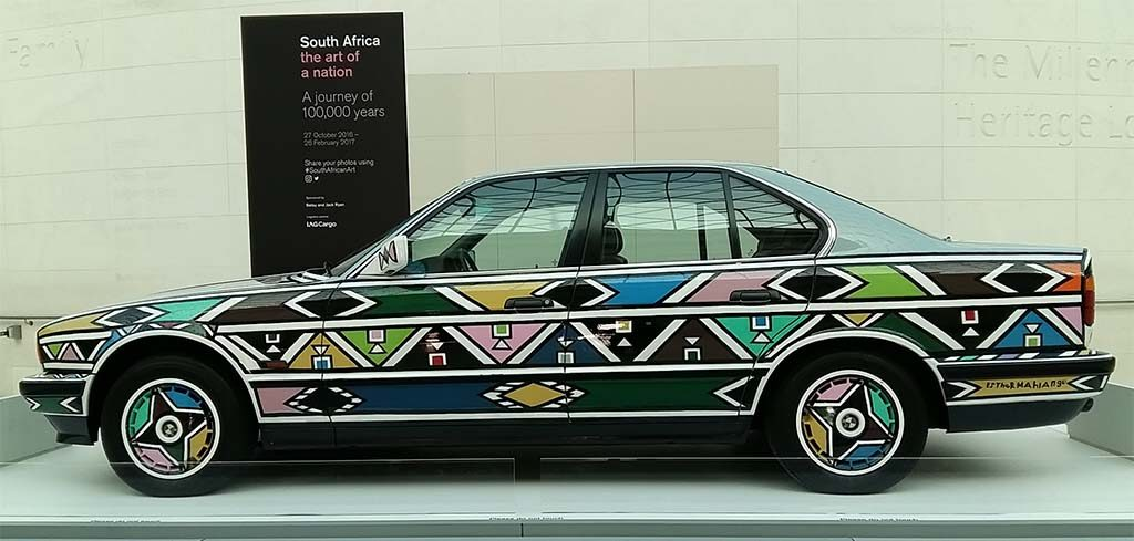 South-Africa-BMW-525i-Art-Car-nummer-12-©Esther-Mahlangu-1991-eind-van-apartheid-binnenplein-British-Museum-foto-Wilma-Lankhorst