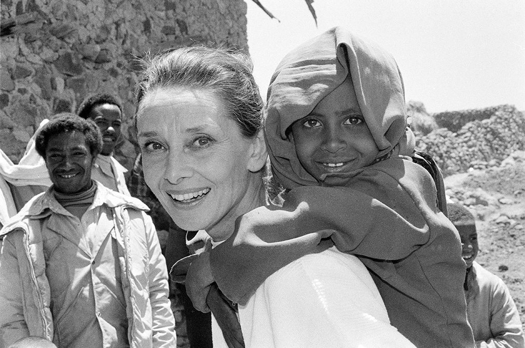 1988-Ethiopië-UNICEF-Audrey-Hepburn-carries-a-child-on-her-back-Photo-taken-by_-John-Isaac-©-UNICE