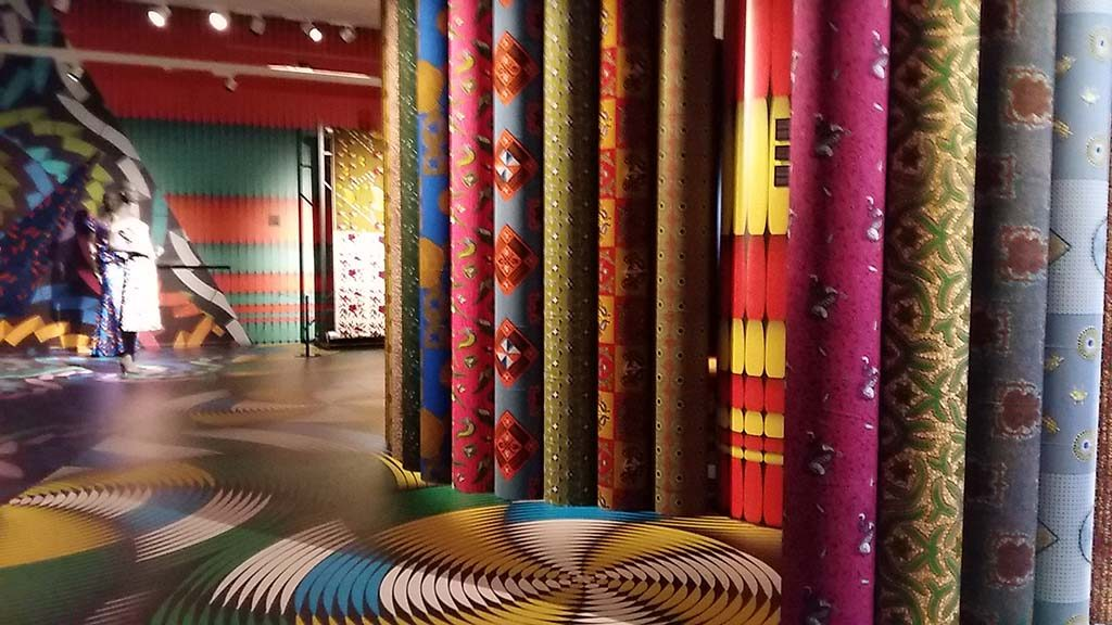 Afrikaanse-Mode-Vlisco-170-jaar-kleurfeest-zaaloverzicht-foto-Wilma-Lankhorst
