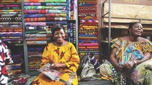 Afrikaanse-Mode-Vlisco-vrouwen-in-Afrika-in-hun-stoffenzaak-foto-Vlisco-Helmond.
