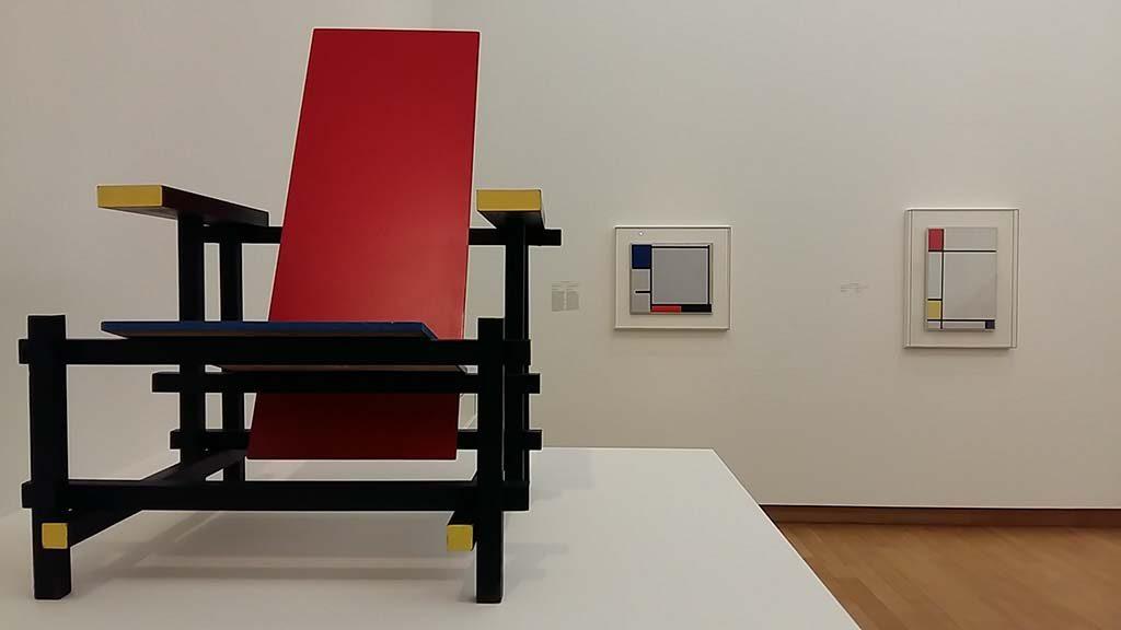 De-Stijl-in-het-Stedelijk_entree_l.-stoel-Rietveld-1960_-achtergrond-2x-Mondriaan-_foto-Wilma-Lankhorst.
