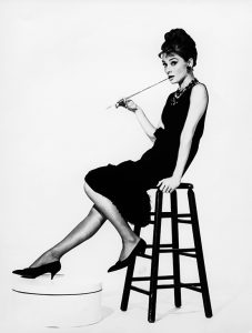 Audrey-Hepburn_portret-op-een-barkruk-Breakfast-at-Tiffany's.-Foto_-Ullstein-Bil_coll_Getty-Images