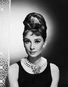 Audrey-Hepburn_-portret-op-een-barkruk-Breakfast-at-Tiffany's.-Foto_-Ullstein-Bild_coll_Getty-Images