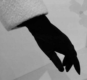 To-Audrey-with-Love_door-Hubert-de-Givenchy-Gemeentemuseum-Den-Haag-_zwarte-handschoen_-foto-Wilma-Lankhorst