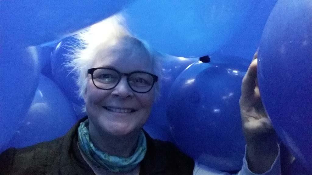 SAY CHEESE selfie-Wilma-Lankhorst-in-ballonnenzaal-Museum-Voorlinden-Martin-Creed