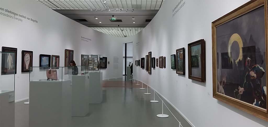 Gek-van-Surrealisme-zaal-overzicht-centrale-ruimtemet-8-themas-foto-Wilma-Lankhorst