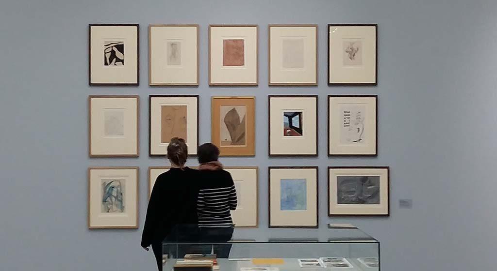 Gek-van-surrealisme-zaaloverzicht-Roland-Penrose-Album-1936-foto-wilma-Lankhorst