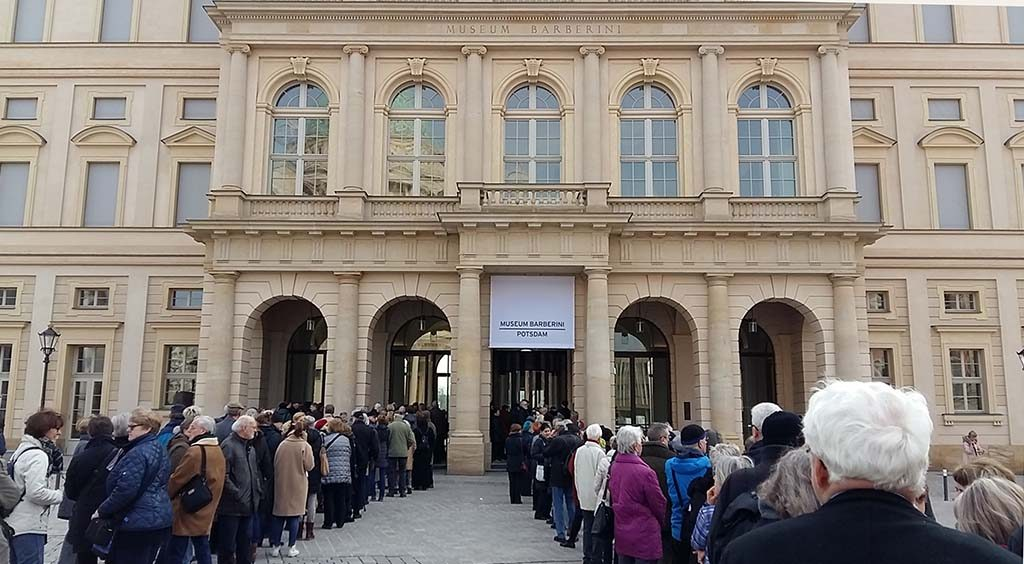 Museum Barberini entree-met-lange-rijen-wachtenden-foto-Wilma-Lankhorst