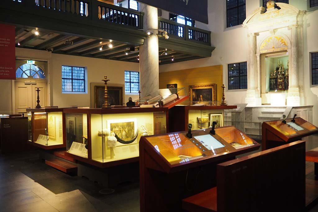 Amsterdam-Joods-historisch-Museum-zaaloverzicht-oude-synagoge-foto-Wilma-Lankhors