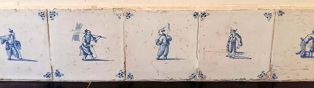 Barbaren en Wijsgeren Plinttegels-met-o.a.-Chinese-figreun-Frans-Hals-Museum-foto-wilma-Lankhors