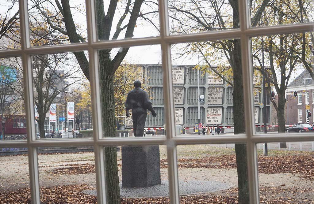 Joods-Cultureel-Kwartier-kijk-uit-raam-bijgebouw-Synagoge-foto-Wilma-Lankhorst