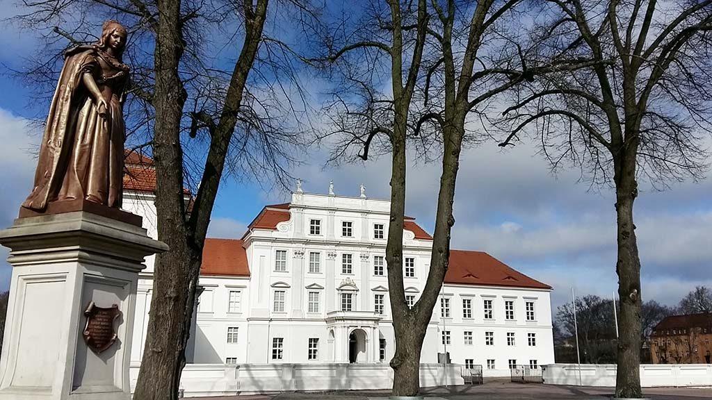 Oranienburg standbeeld-Prinses-Louise-Henriette-op-slot-plein-foto-Wilma-Lankhorst.