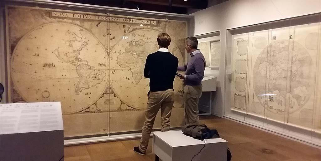 Wereldkaart-Blaue-1648-links-en-rechts-wereldkaart-verbiest-Scheepvaartmuseum-Amsterdam-foto-Wilma-Lankhorst