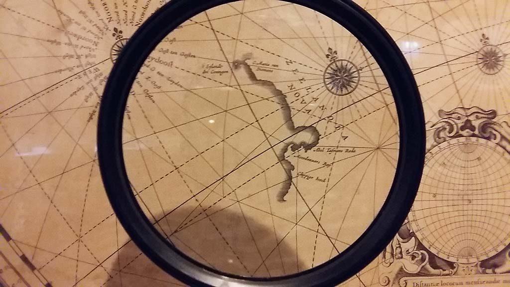 Wereldkaart-Blaue-1648-met-de-loep-turen-naar-Nieuw-Zeeland-foto-Wilma-Lankhorst