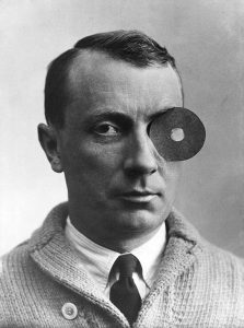 Hans-Arp-met-Navel-monocle-Arp-with-Navel-Monocle-1926-collection-Arp-Stiftung-Berlijn