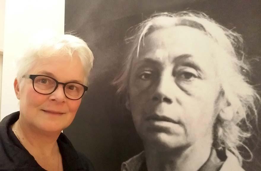 vrouwelijke kunstenaars Käthe-Kollwitz-2017-150-jaar_-selfie-Wilma-Lankhorst-in-Käthe-Kollwitz-Museum-Keulen