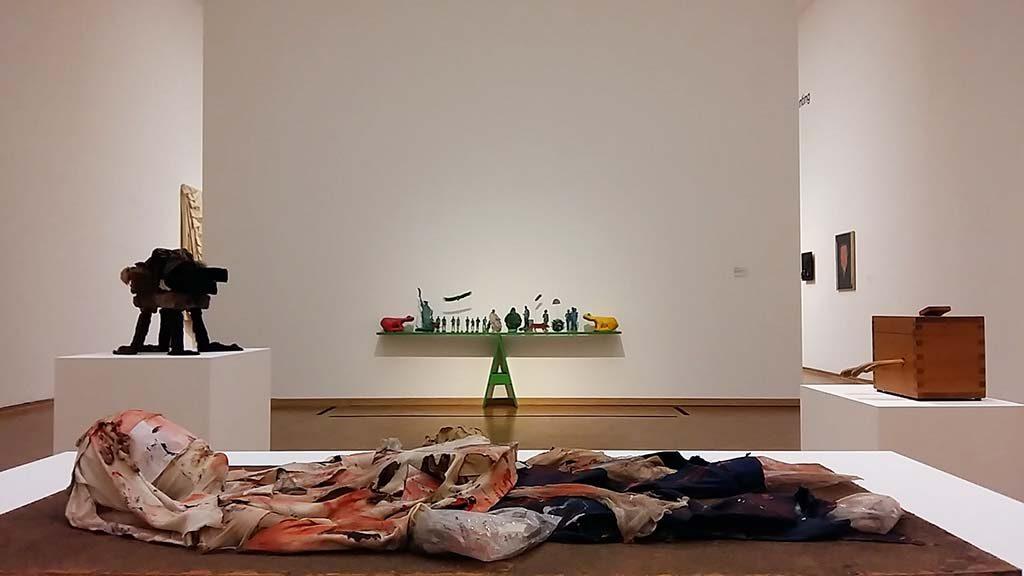 Museum-Ludwig-Hahn-Collection_zaaloverzicht-Indivuduele-mythologie-op-voorgrond-Gooi-je-ego-weg-©LilPicard-foto-Wilma-Lankhorst
