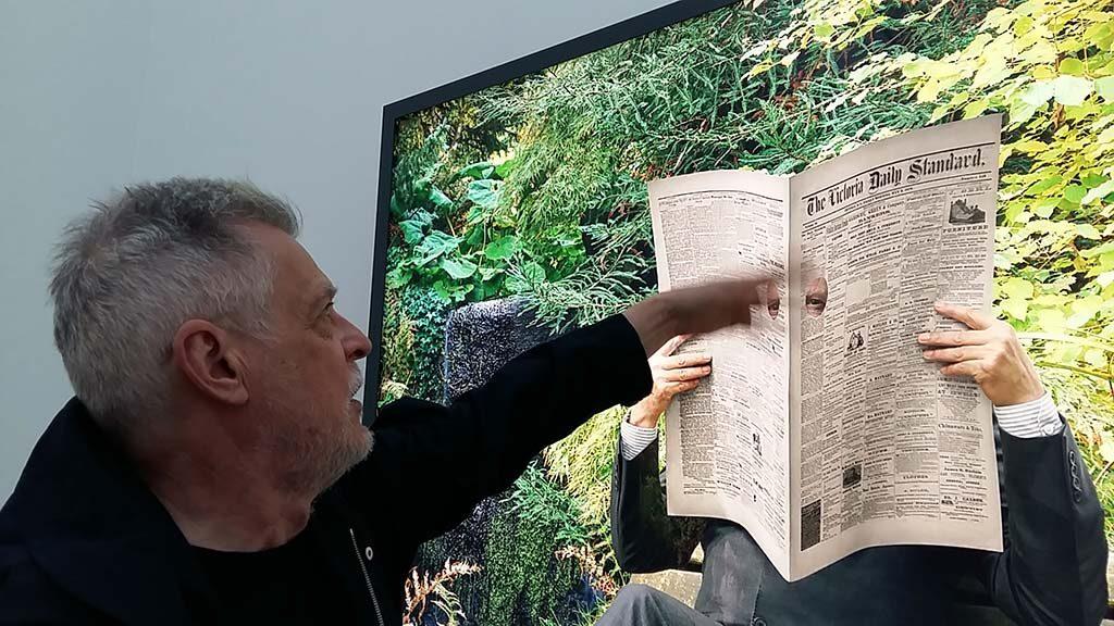 Rodney-Graham-en-zijn-Newspaper-Man-2017-coll.-Museum-Voorlinden-foto-Wilma-Lankhorst.