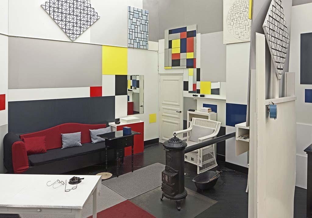 -Architectuur-Parijs-atelier-Mondriaan-een-grote-neoplastische-compositie-1921-1925-nagebouwd-in-Gemeentemuseum-Den-Haag.