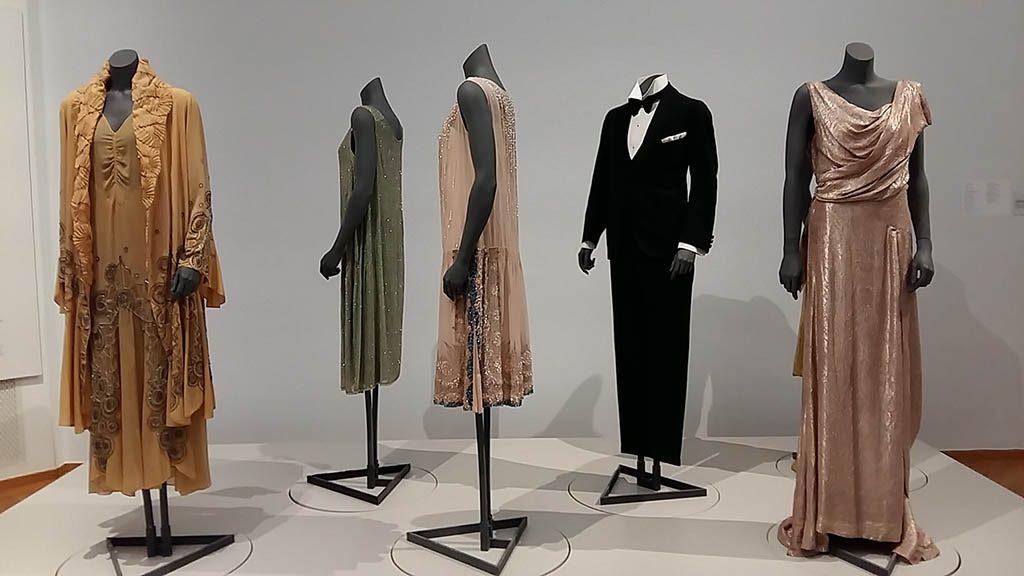 De Ontdekking van Mondriaan-zaaloverzicht-11-Dynamiek-jurken-foto Wilma Lankhorst