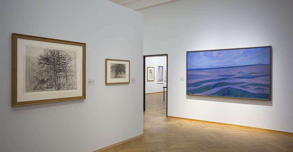 De-Ontdekking-van-Mondriaan-zaaloverzicht-7-Abstraheren-l.-bloeiende-appelboom-1912-foto-Gemeentemuseum-Den-Haag