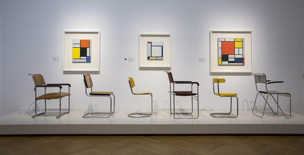De-Ontdekking-van-Mondriaan-zaaloverzicht-9-De-Stijl-en-de-Nieuwe-Beelding-stoelen-en-schilderijen-foto-Gemeentemuseum-Den-Haag