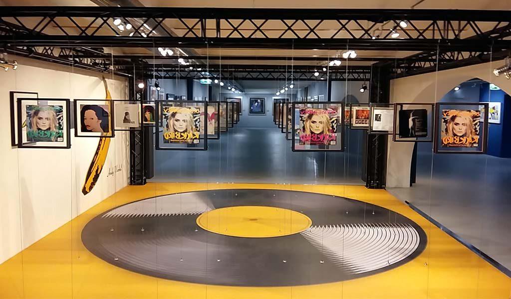 Andy Warhol in Beurs-van-Berlage-Amsterdam-serie-platenhoezen-foto-Wilma-Lankhorst