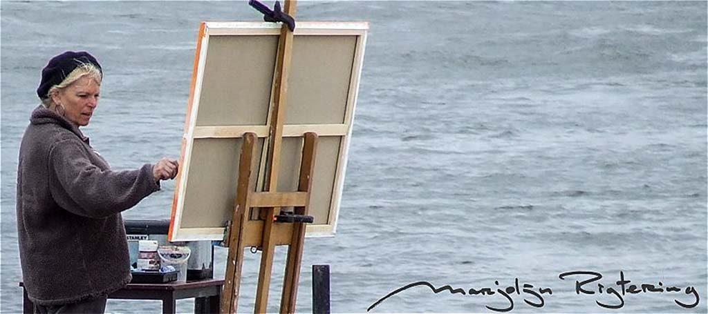 Marjolijn Rigtering met schildersezel op Waaloever