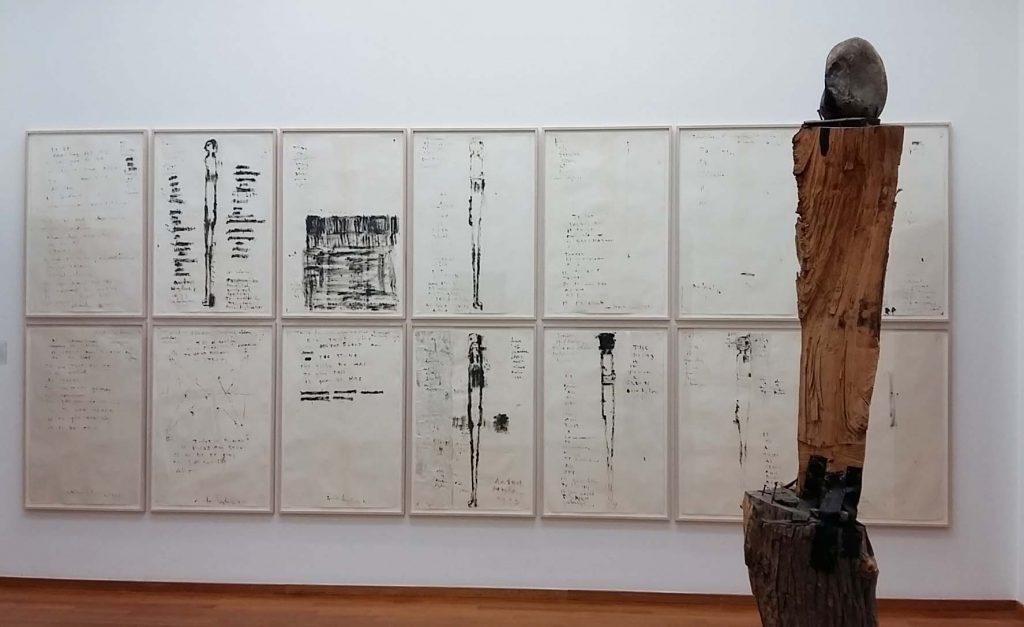 Anton-Heyboer-serie-Stone-en-Blood-1973-inkt-op-papier-en-sculptuur-zondert-titel-1964-Gemeentemuseum-Den-Haag-foto-Wilma-Lankhorst