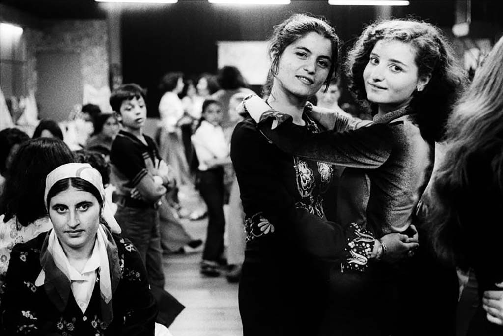 Bertien-van-Manen-Turkse-meisjes-tijdens-feest-Schiedam-1977-ontwikkelgelatinedruk.-Collectie-Stedelijk-Museum-Amsterdam