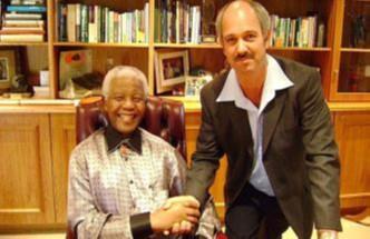 Mandela-met-zijn-bewaker.j